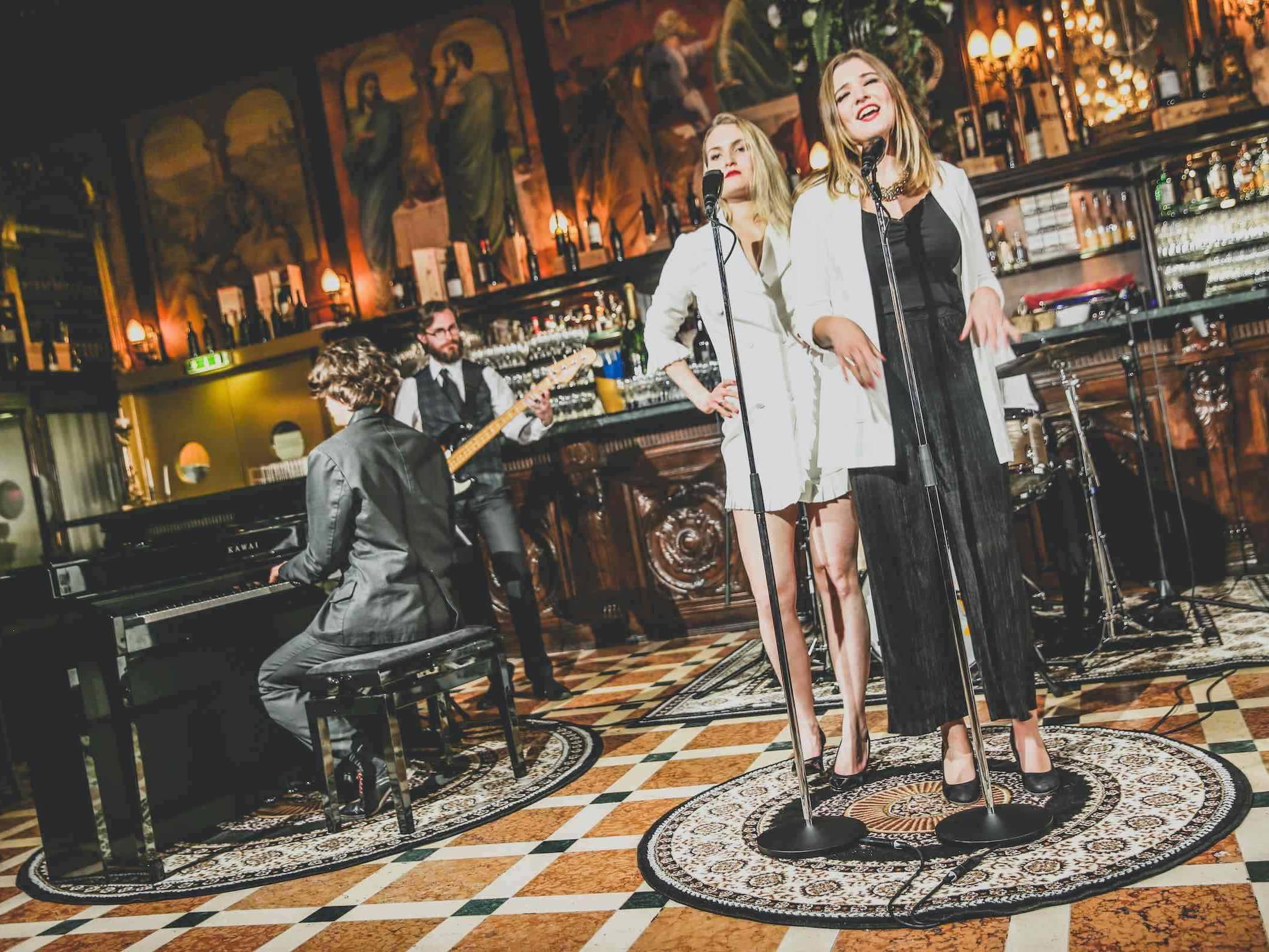 Band | Hamburg | Hochzeit | Liveband | Partyband | Popband | Jazzband | Swingband | Messeparty | Lounge | Band | Empfang | Pop | Jazz | Sänger | Messe | Firmenfeier | Charity | Gala | Buchen | Mieten | Hamburgfeiert