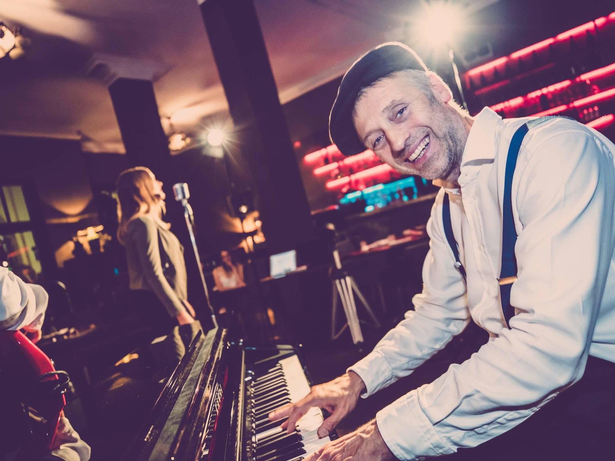 Band | Hamburg | Liveband | Livemusik | Partyband | Jazzband | Swingband | Popband | Jazz | Motown | Soul | Pianist | Klavierspieler | Hochzeit | Messe | Firmenfeier | Charity | Gala | Buchen | Mieten | Anfragen | Hamburgfeiert
