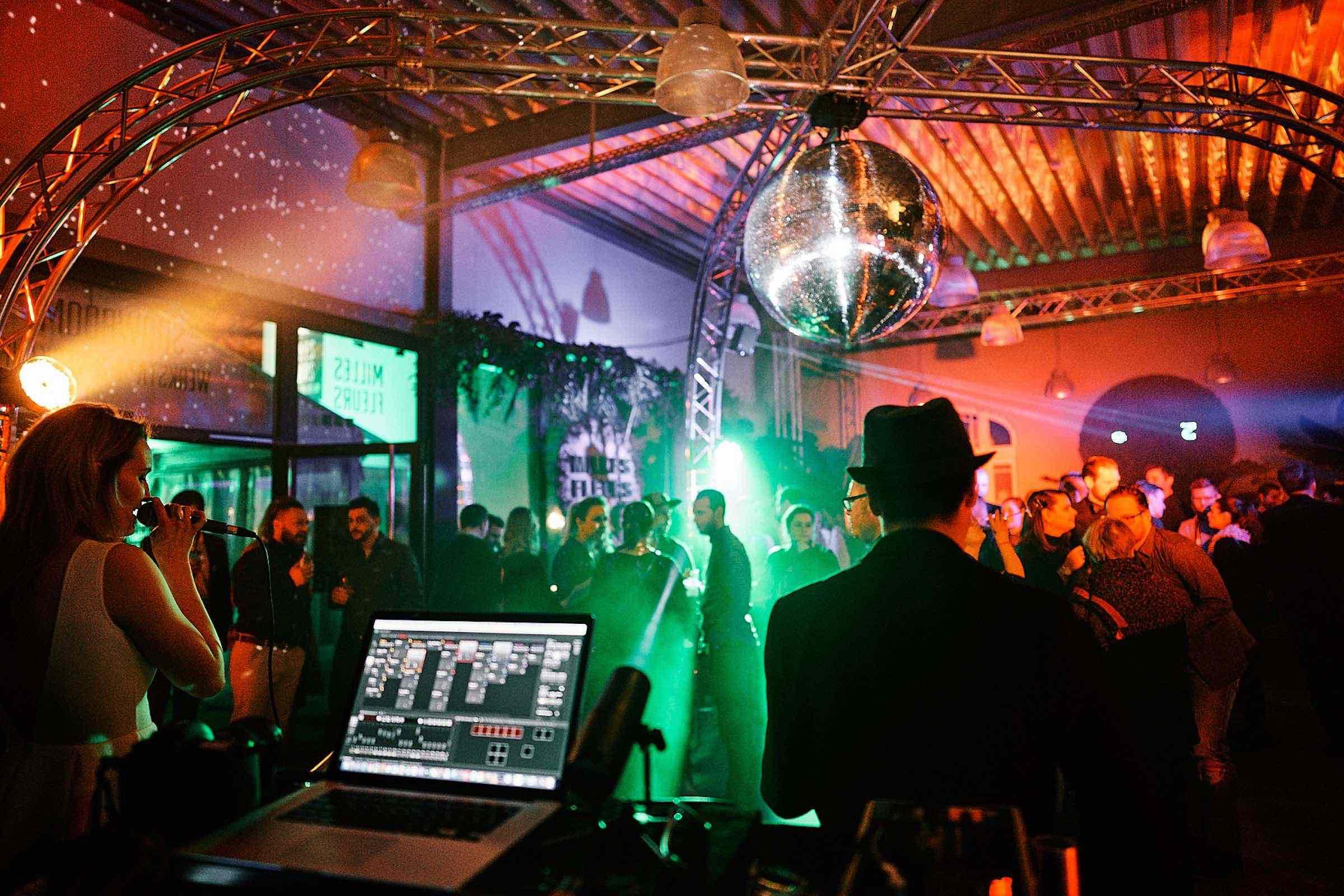Band | Hamburg | Mieten | Liveband | Livemusik | Partyband | Lounge | Pop | Jazz | Sänger | Frontsänger | Johnny Tune | Hochzeit | Standesamt | Trauung | Messe | Firmenfeier | Charity | Buchen | Hamburgfeiert