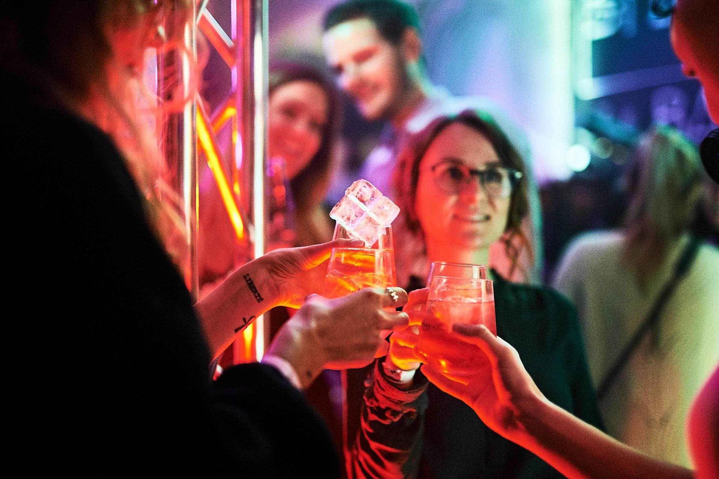 Barkeeper | Hamburg | Cocktailbar | Cocktails | Sektempfang | Buchen | Mieten | Geburtstag | Ape | VW | Bar | Getränke | Catering | Foodtruck | Ginbar | Weinbar | Sektbar | Kaffeebar | Messe | Cocktails | Hamburgfeiert