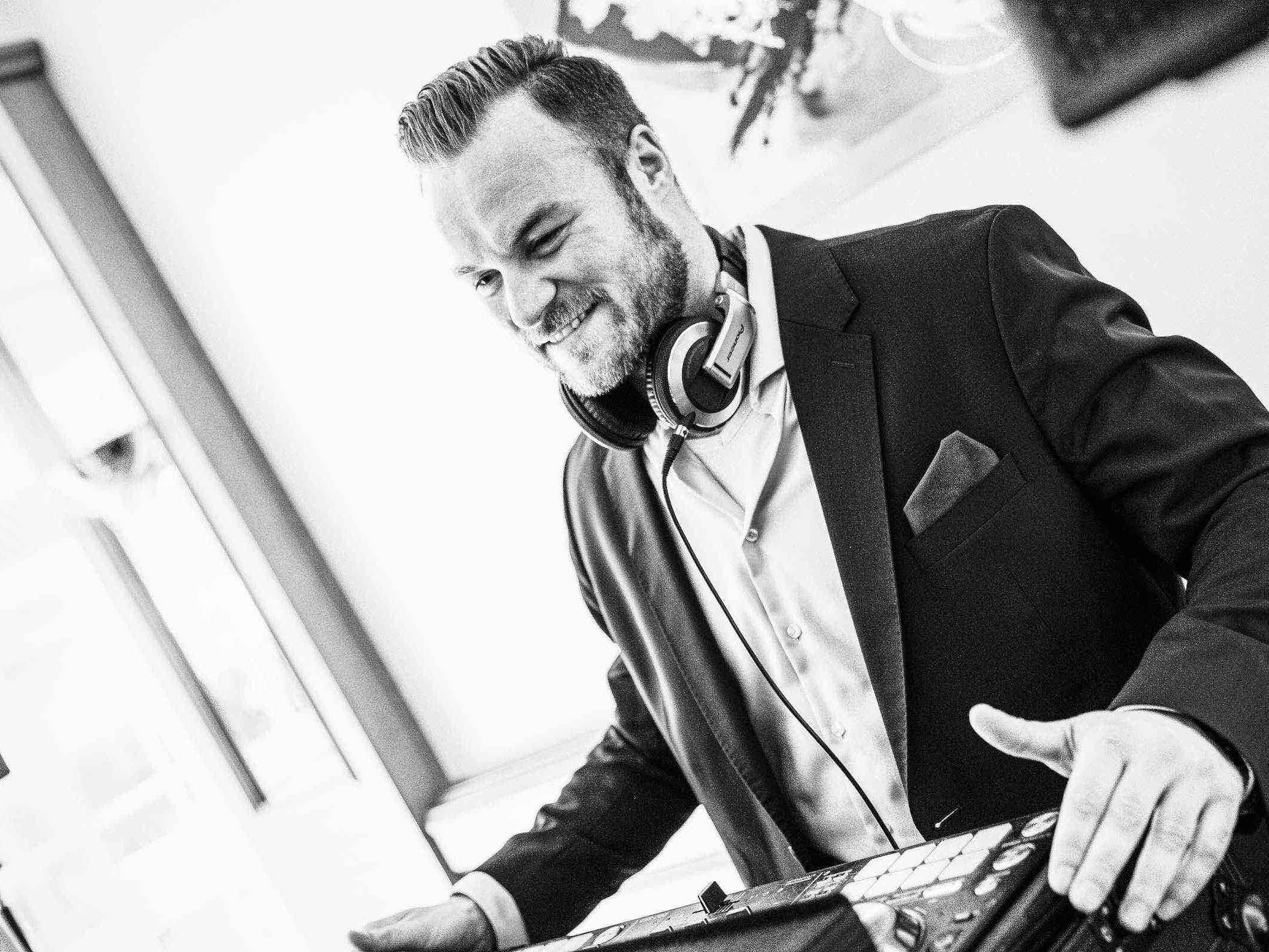 DJ | Hamburg | Buchen | Discjockey | Nils | DJ | Firmenfeier | Messe | DJ | Event | DJ | Geburtstag | DJ | Service | DJ | Kosten | DJ | Mieten | DJ | Anfragen | DJ | Agentur | Hamburgfeiert