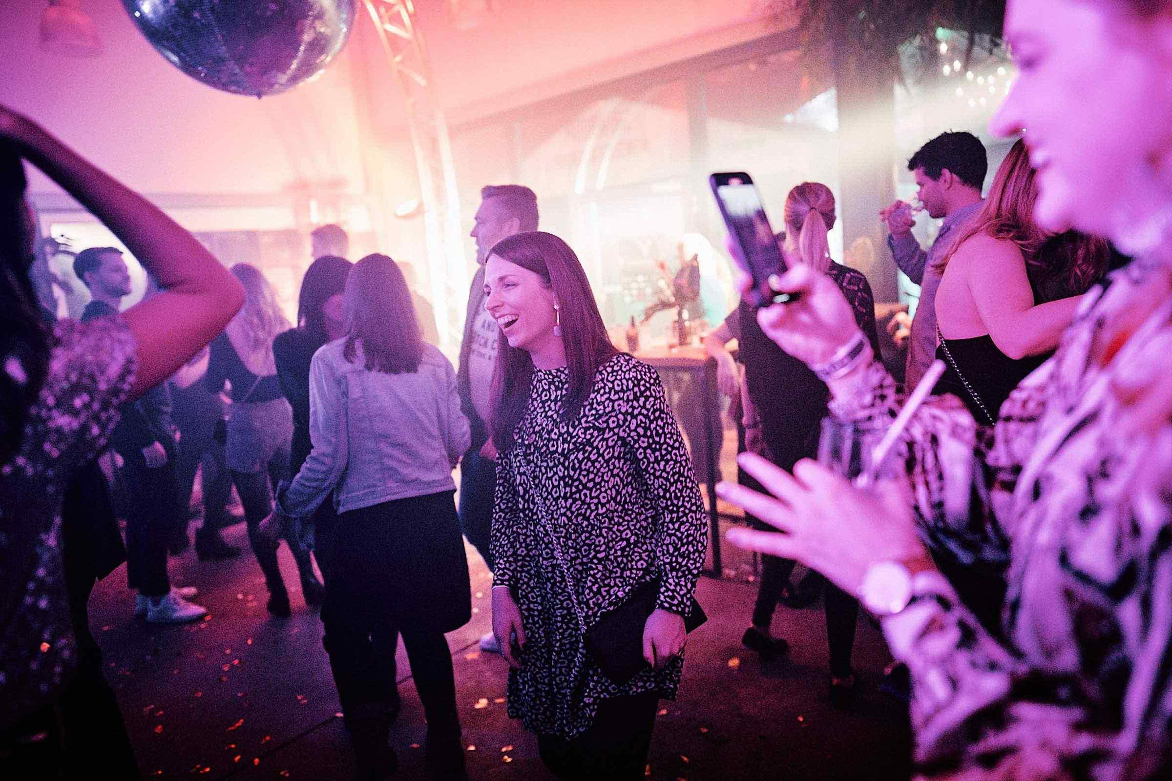 DJ | Hamburg | Tanzfläche | Feier | Hamburg | DJ | Messe | Hochzeits | DJ | Hamburg | DJ | Firmenevent | Firmenfeier | DJ | Geburtstag | DJ | Weihnachtsfeier | DJ | Sommerfest | Buchen | Anfragen | Hamburgfeiert