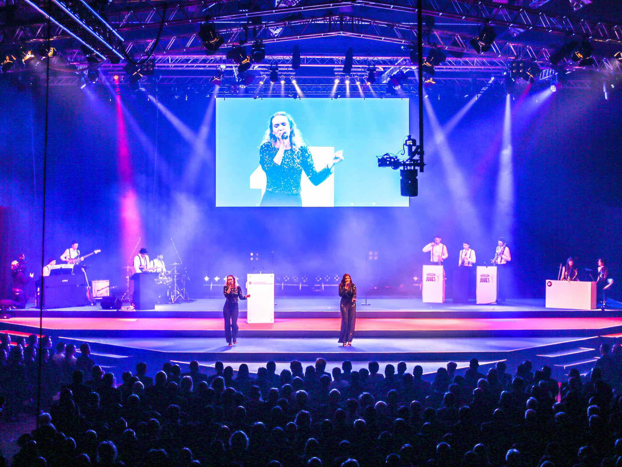 Eventplanung | Hamburg | Eventdesign | Eventausstatung | Kongresse | Shows | Galas | Modenschauen | Produktpräsentationen | Bühnenbau | Lichttechnik | LCD | Leinwand | Tontechnik | Logistik | Künstler