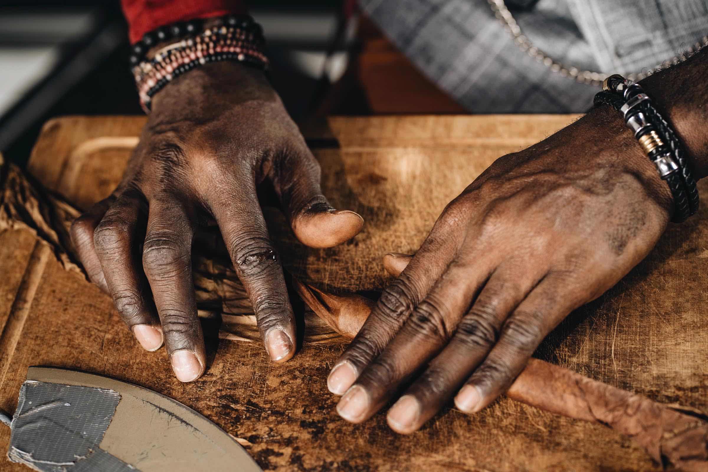 Zigarrendreher | Hamburg | Zigarren | Drehen | Hamburg | Feiert | Zigarrenroller | Zigarrenrollerin | Zigarrendreherin | Mieten | Anfragen | Trocadero | Geschenk | Shop | Kaufen | Handgemacht | Robusto | Corona | Longfiller