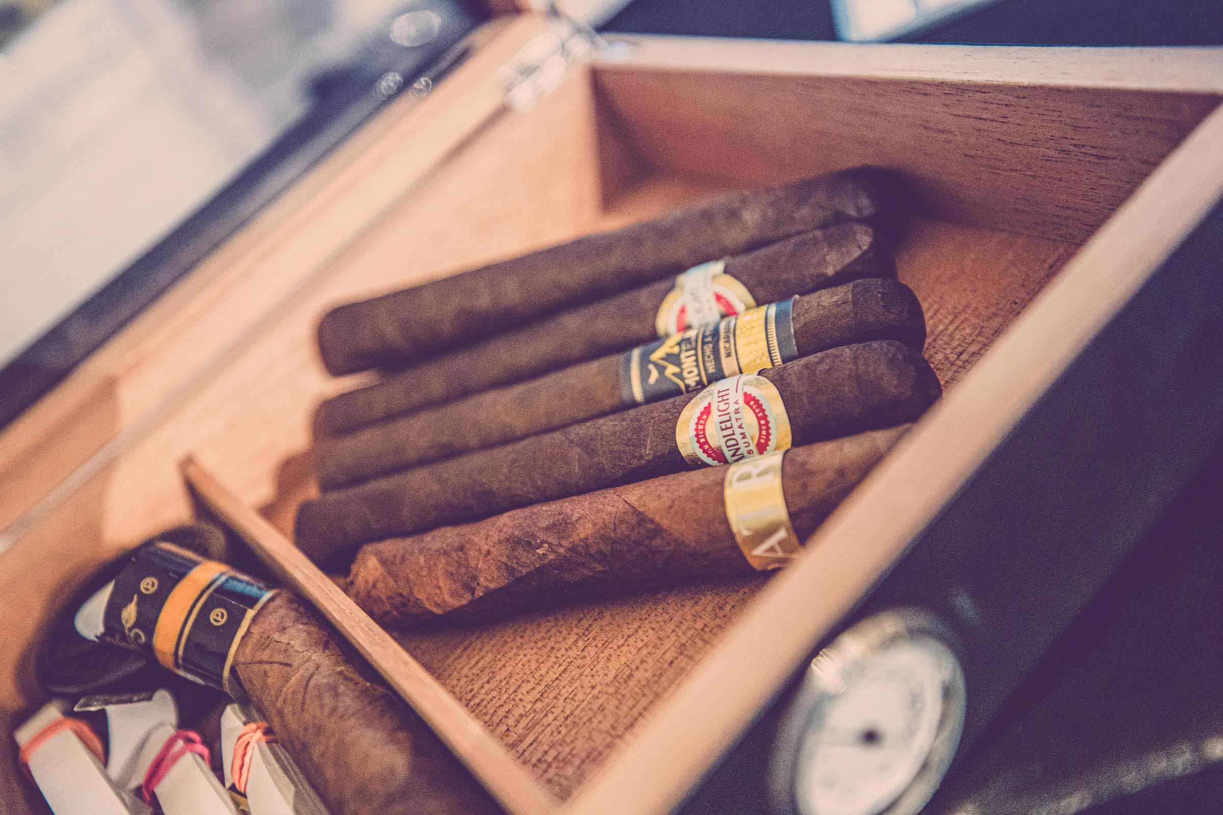Zigarrendreher | Hamburg | Zigarrenroller | Zigarrenrollerin | Trocadero | Kaufen | Buchen | Mieten | Handgemacht | Zigarren | Fabrik | HerstellungChurchill | Robusto | Corona | Robusto | Banderole | Bauchbinde | Drehen | Tabak