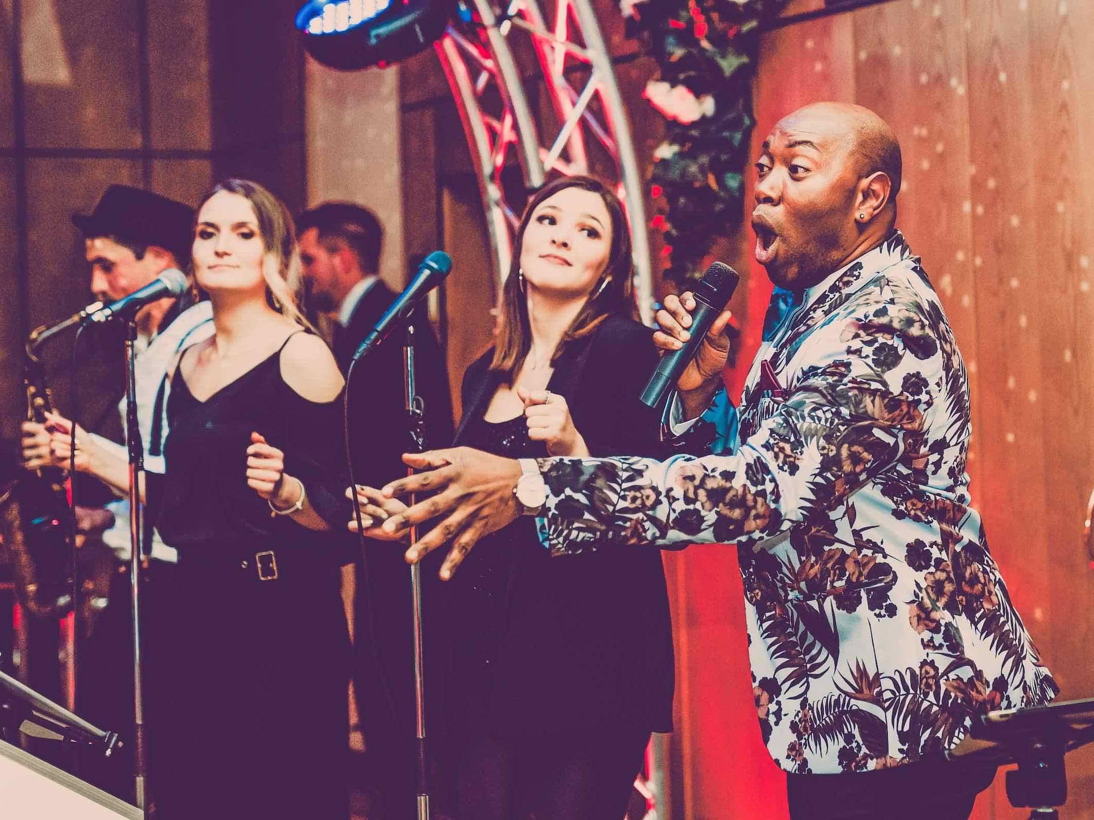Band   Hamburg   Liveband   Livemusik   Brassband   Samba   Partyband   Jazzband   Swingband   Lounge   Popband   Jazz   Gesang   Sänger   Frontsänger   Hochzeit   Trauung   Messe   Firmenfeier   Charity   Gala   Hamburgfeiert
