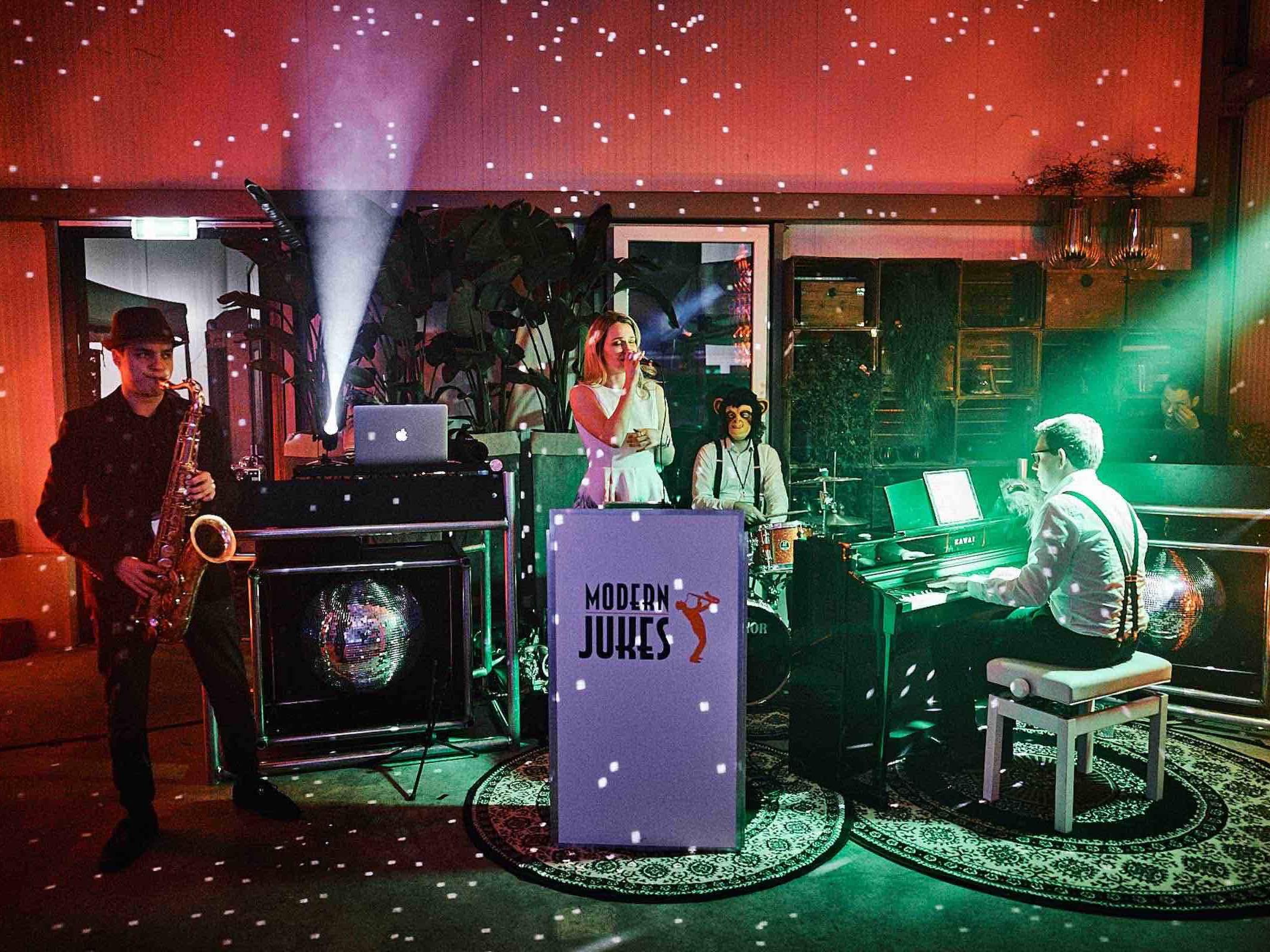 Band   Hamburg   Liveband   Livemusik   Partyband   Jazzband   Swingband   Lounge   Hochzeitsband   Popband   Jazz   Motown   Soul   Hochzeit   Messe   Firmenfeier   Charity   Gala   Buchen   Mieten   Anfragen   Hamburgfeiert