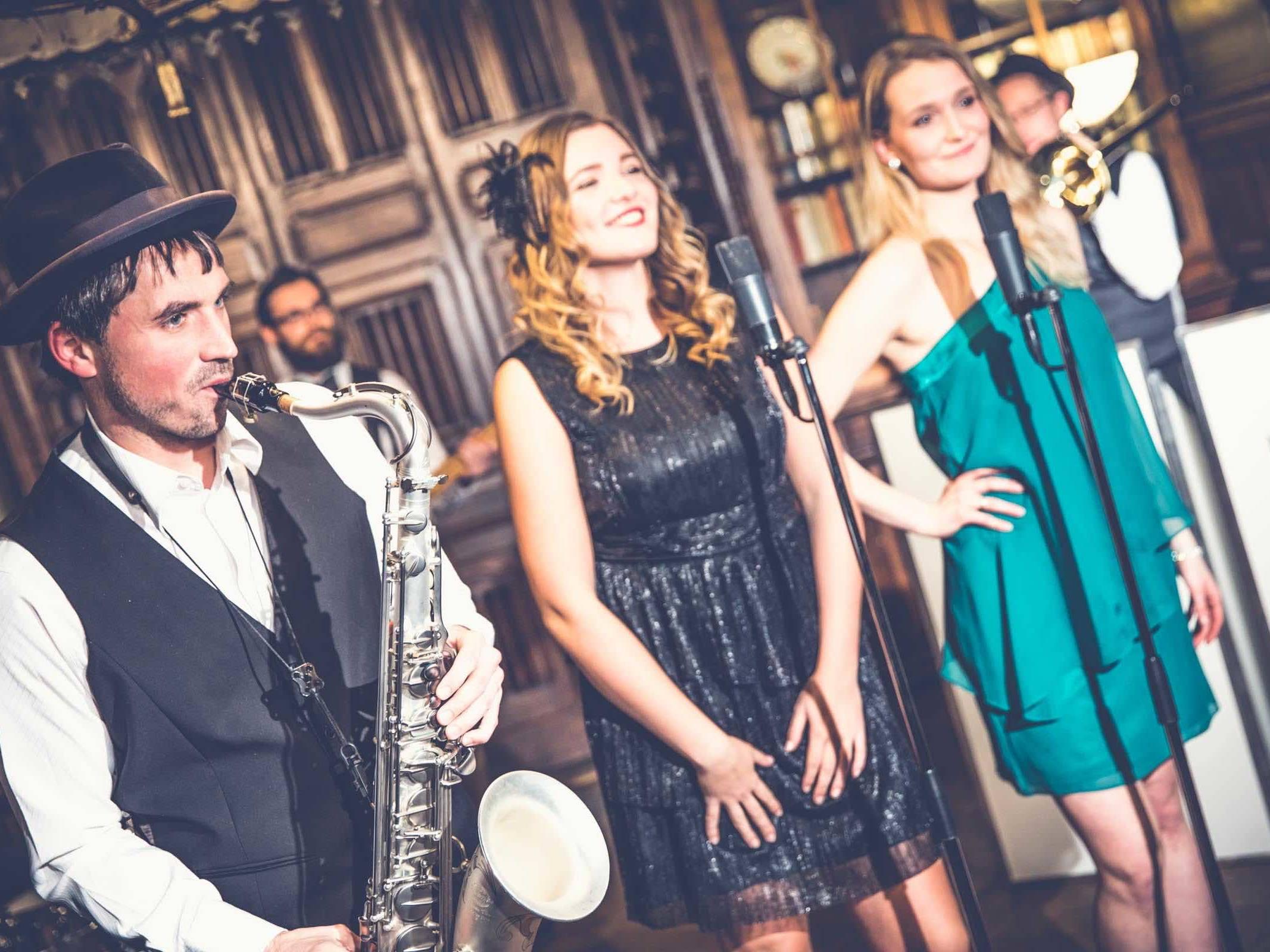 Band   Hamburg   Liveband   Livemusik   Walking   Act   Partyband   Jazzband   Swingband   Loungeband   Popband   Jazz   Saxophonist   Sängerin   Hochzeit   Messe   Firmenfeier   Charity   Gala   Buchen   Mieten   Hamburgfeiert