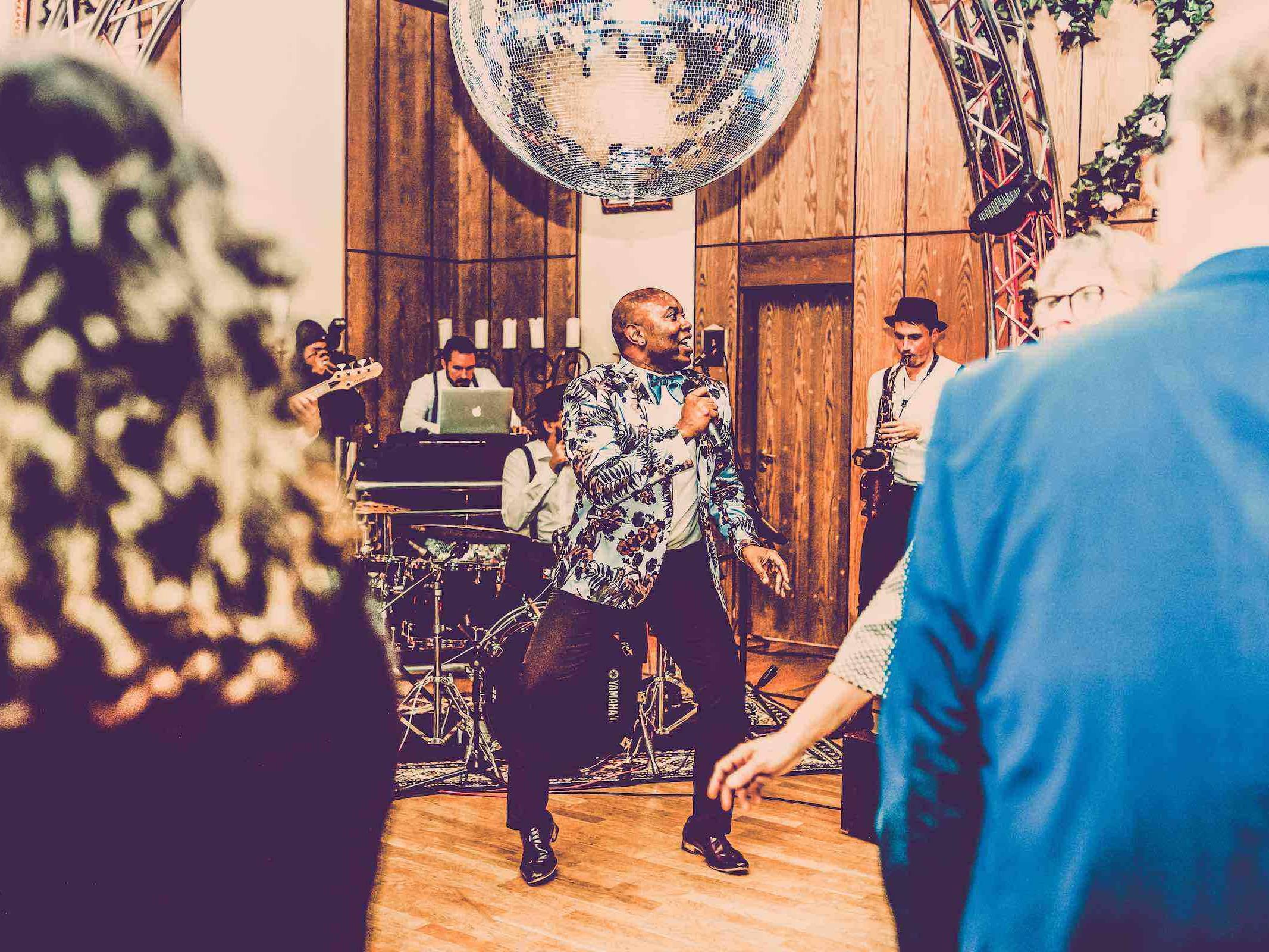 Band   Hamburg   Liveband   Partyband   Jazzband   Swingband   Lounge   Pop   Jazz   Sänger   Frontsänger   Johnny Tune   Hochzeit   Standesamt   Trauung   Firmenfeier   Charity   Gala   Buchen   Mieten   Anfragen   Hamburgfeiert