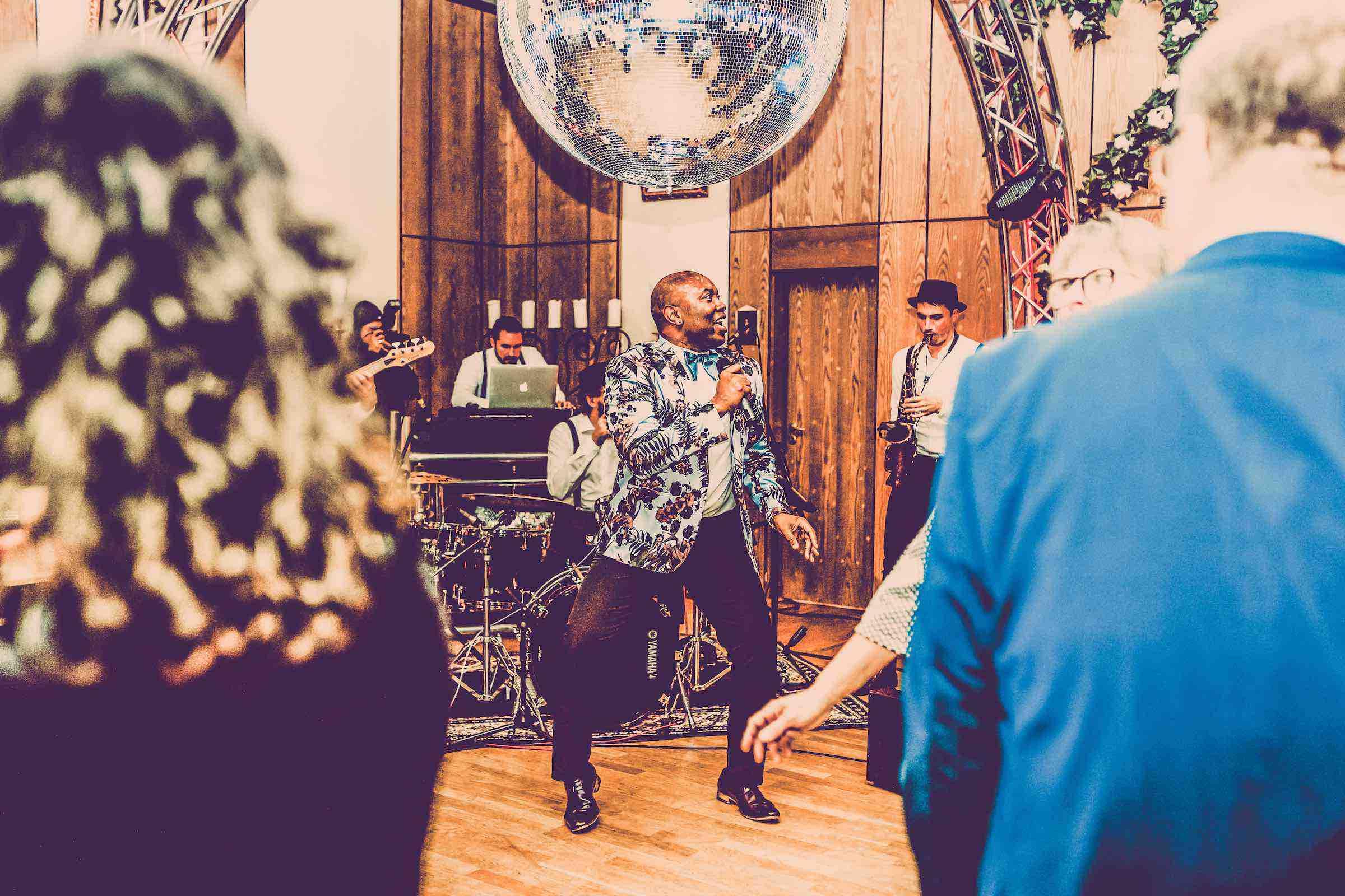 Band | Hamburg | Liveband | Partyband | Jazzband | Swingband | Lounge | Pop | Jazz | Sänger | Frontsänger | Johnny Tune | Hochzeit | Standesamt | Trauung | Firmenfeier | Charity | Gala | Buchen | Mieten | Anfragen | Hamburgfeiert