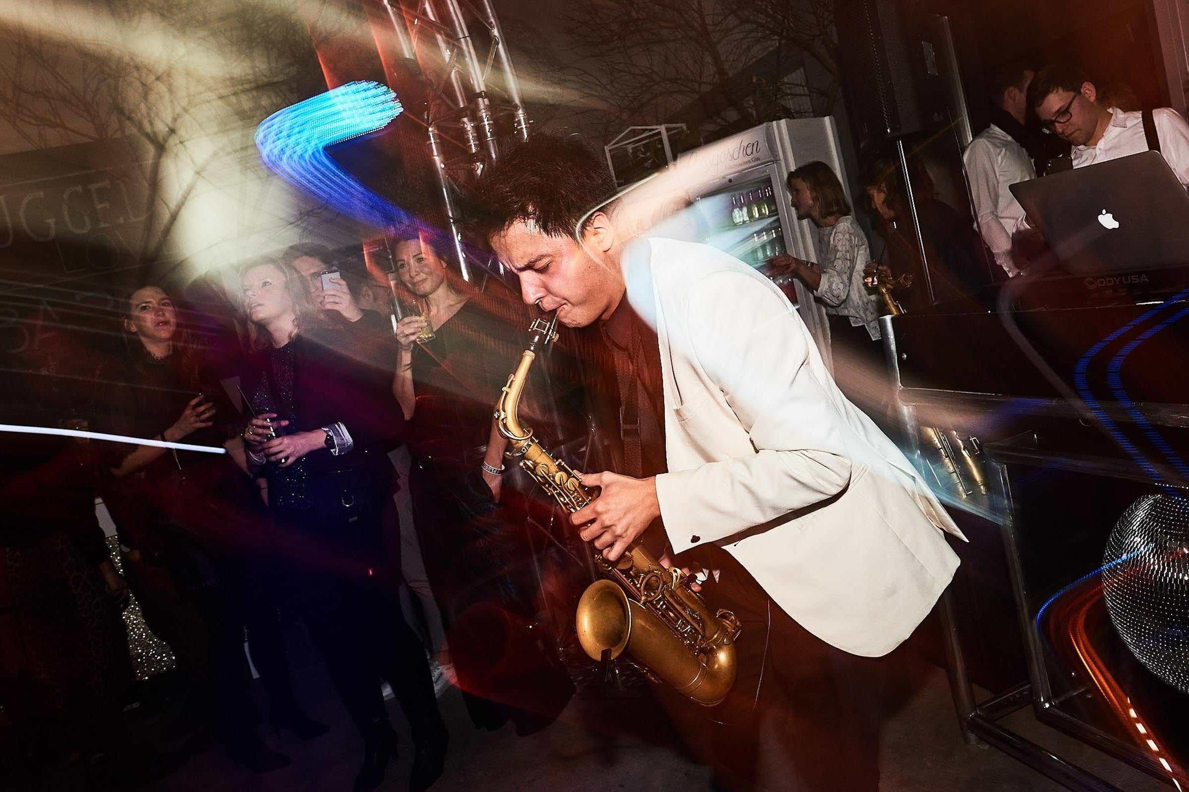 Band | Hamburg | Livemusik | Liveband | Partyband | Jazzband | Discomusik | Swingband | Loungeband | Popband | Saxophonist | Saxophon | Hochzeit | Empfang | Messe | Firmenfeier | Charity | Gala | Buchen | Mieten | Hamburgfeiert