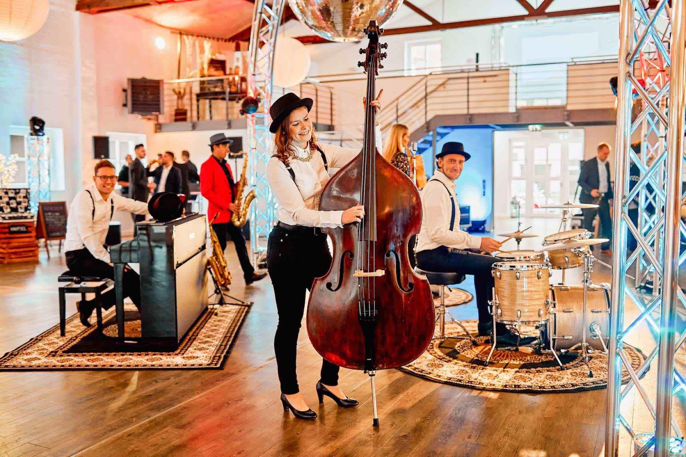 Band | Hochzeit | Empfang | Sektempfang | Gala | Messe | Event | Hamburg | Popband | Jazzband | Sektempfang | Kontrabass | Piano | Schlagzeug | Gesang | Party | Trauung | Dinner | Buchen | Mieten | Hamburgfeiert