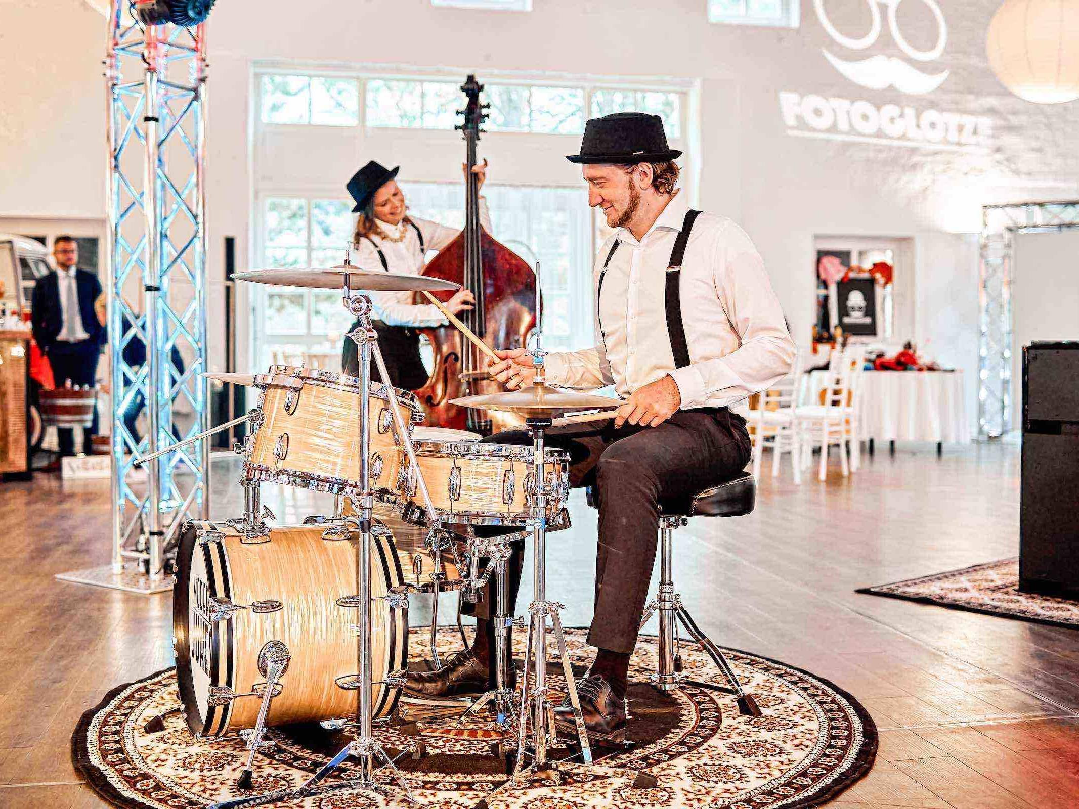 Band   Hochzeit   Hamburg   Popband   Partyband   Sektempfang   Party   Trauung   Schlagzeug   Kontrabass   Dinner   Buchen   Mieten   Hamburgfeiert
