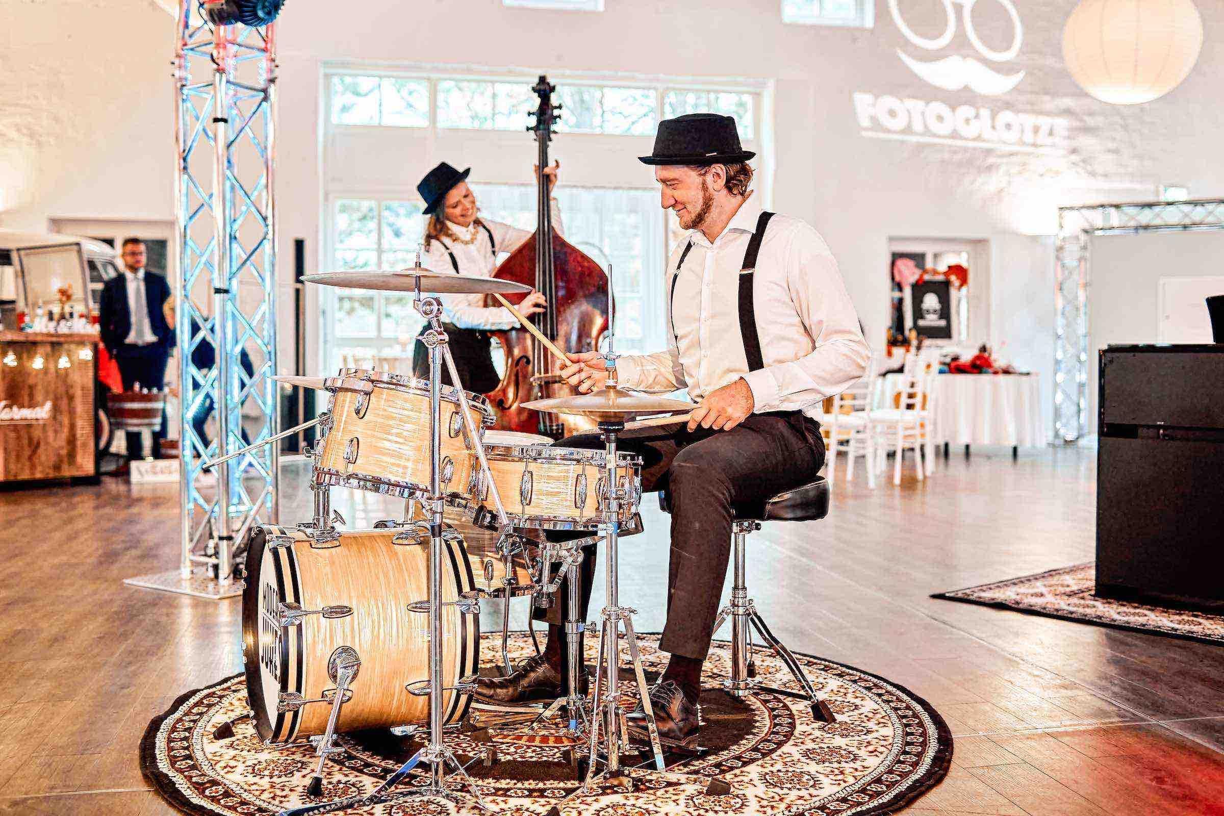 Band | Hochzeit | Hamburg | Popband | Partyband | Sektempfang | Party | Trauung | Schlagzeug | Kontrabass | Dinner | Buchen | Mieten | Hamburgfeiert