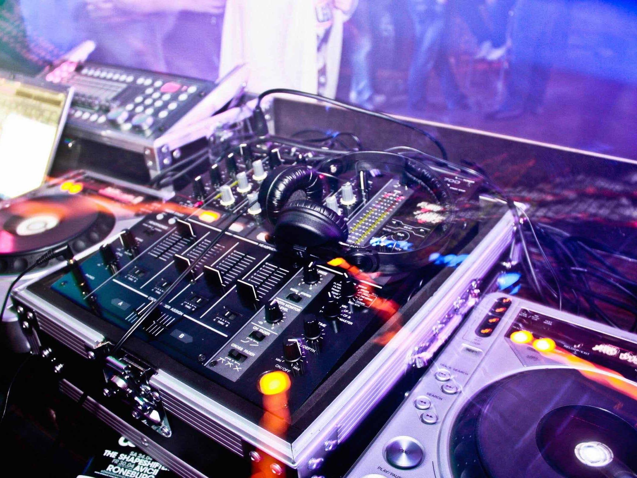 DJ | Hochzeit | Hamburg | Club | DJ | Geburtstag | DJ | Service | DJ | Agentur | Hamburg | DJ | Firmenfeier | DJ | Sommerfest | DJ | Weihnachtsfeier | Mieten | Buchen | Hamburgfeiert