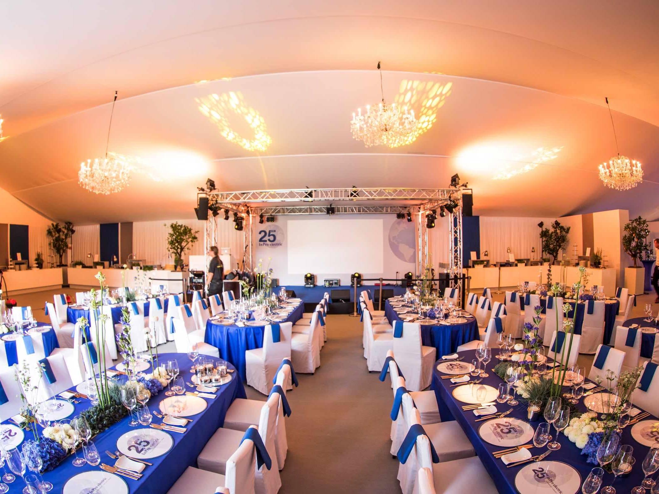 Eventplaner | Hamburg | Eventaustattung | Dekoration | Lichttechnik | Tontechnik | Bühne | Gala | Jubiläum | Kongress | Firmenfeier | Betriebsfeier | Planung | Mieten | Buchen | Anfragen | Hamburgfeiert