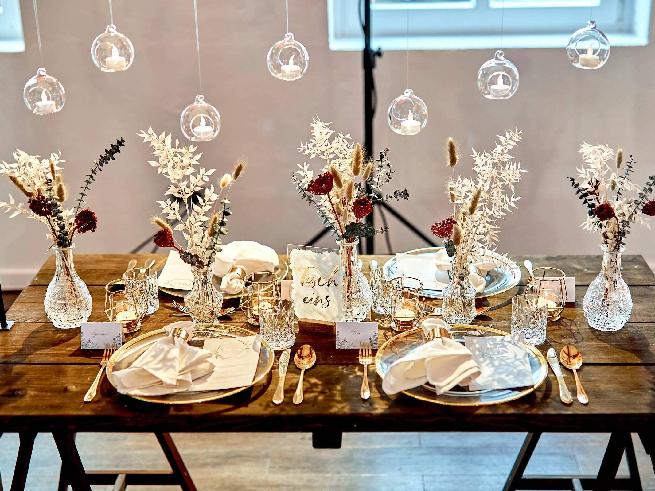 Eventplaner | Hamburg | Eventaustattung | Mieten | Buchen | Hochzeitsplaner | Hochzeiten | Dekoration | Tisch | Modenschauen | Firmenfeiern | Gala | Tischdekoration | Technik | Logistik | Lieferung | Hamburgfeiert