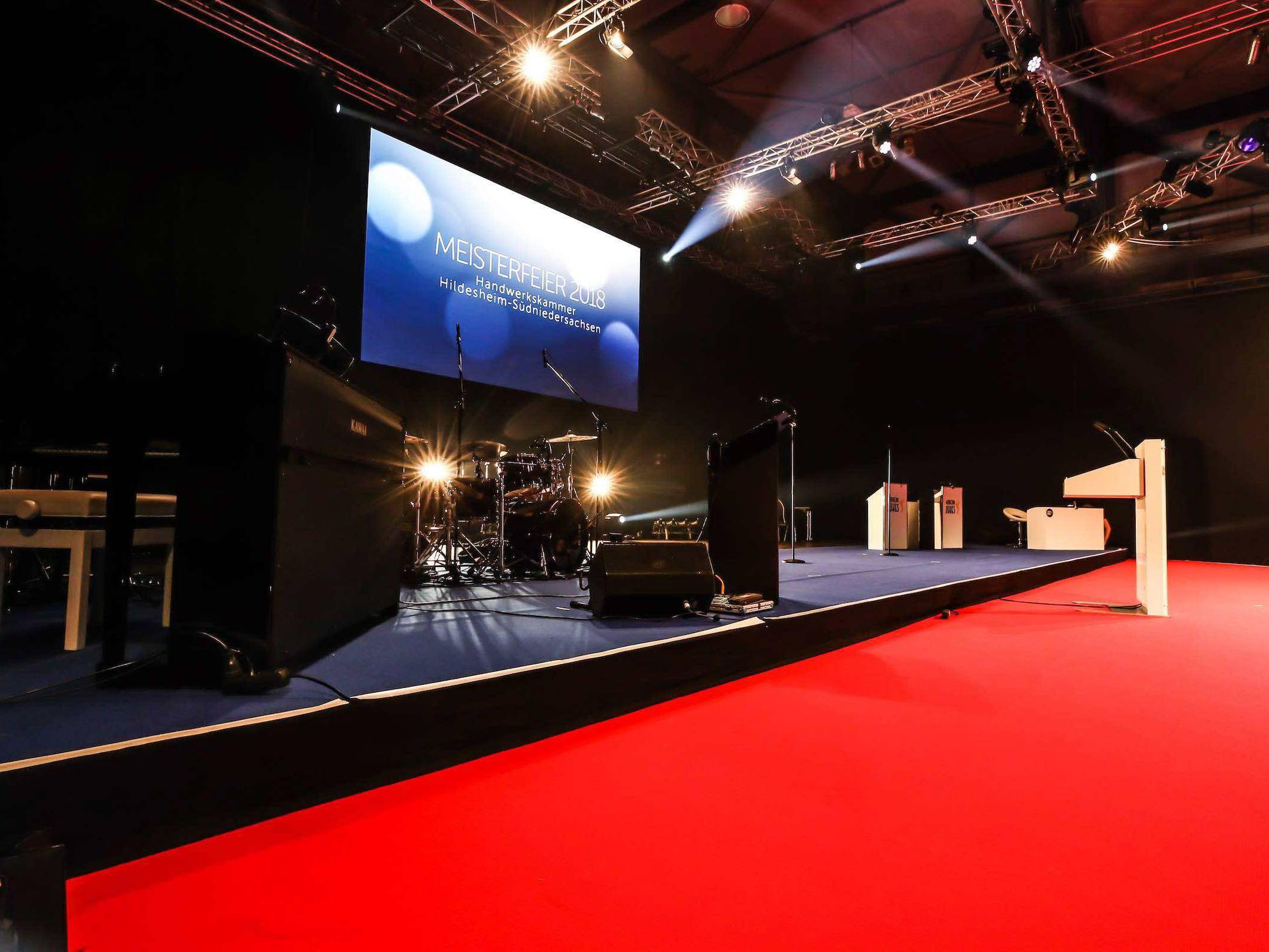 Eventplanung | Eventausstatung | Hamburg | Kongresse | Shows | Galas | Modenschauen | Produktpräsentationen | Bühnen | Licht | LCD | Leinwand | Tontechnik | Veranstaltungslogistik | Catering | Hamburgfeiert