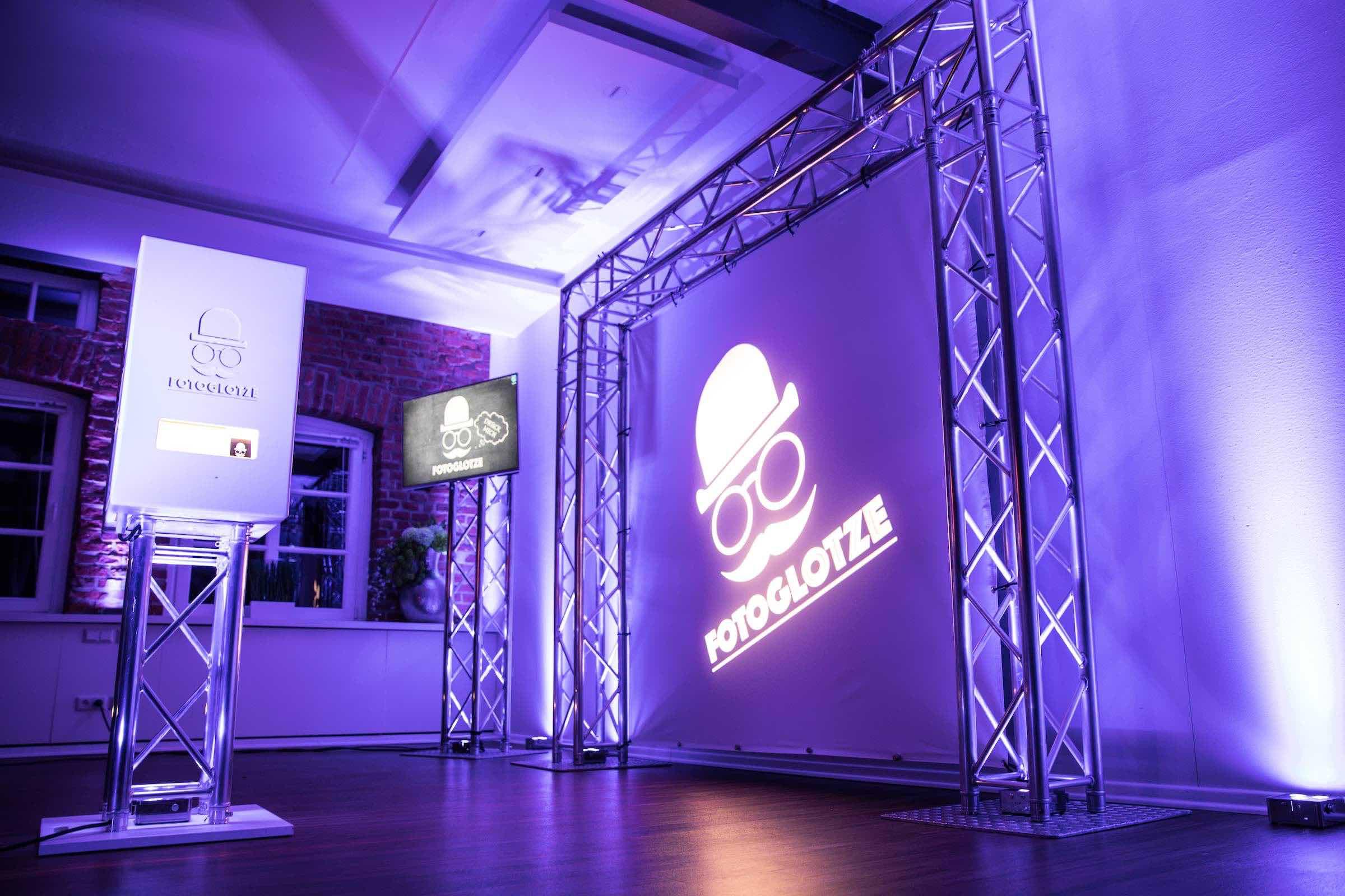 Fotobox | Hamburg | Druck | Ausdruck | Sofortdruck | Fotokiste | Photobooth | Hochzeit | Messe | Event | Firmenfeier | Abiball | Verkleidung | Requisiten | Hannover | Buchen | Anfragen | Mieten | Hamburgfeiert