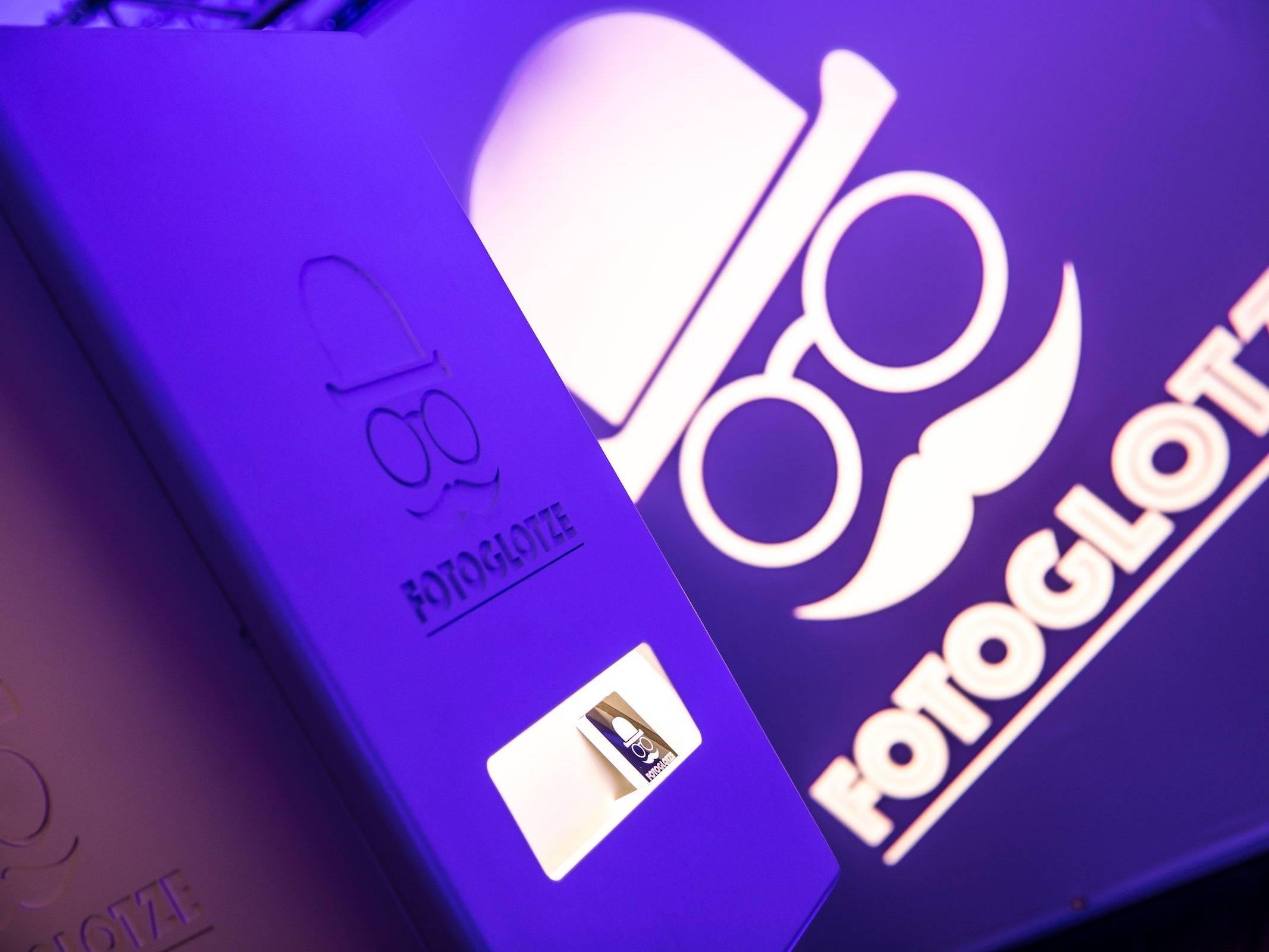 Fotobox   Mieten   Druck   Ausdruck   Hamburg   Sofortdruck   Fotokiste   Photobooth   Hochzeit   Messe   Event   Firmenfeier   Abiball   Buchen   Anfragen   Mieten   Fotoglotze   Hamburgfeiert