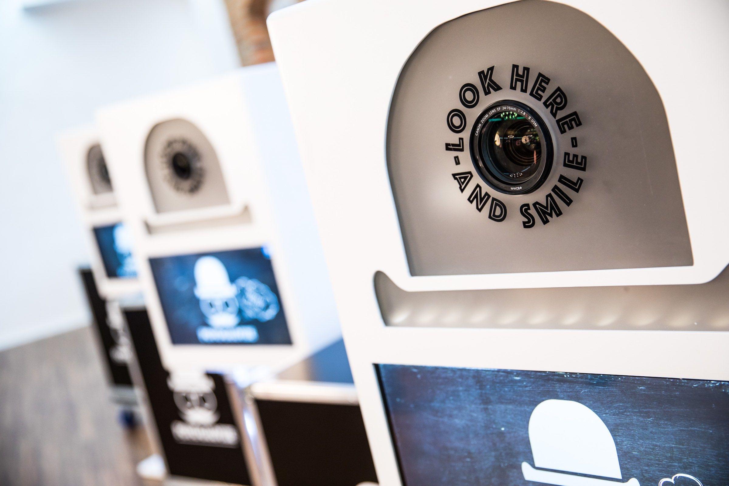 Fotobox | Photobooth | Hamburg | Fotokiste | Fotoglotze | Fotoautomat | Passfoto | Verkleidung | Hannover | Hochzeit | Messe | Geburtstag | Firmenfeier | Selfiebox | Mieten | Buchen | Hamburgfeiert