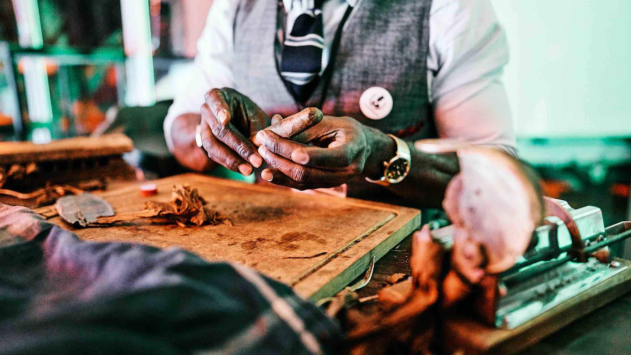 Hamburgfeiert  Partner  Zigarrenroller  Tabakroller  Zigarrendreher  Buchen  Mieten  Anfragen