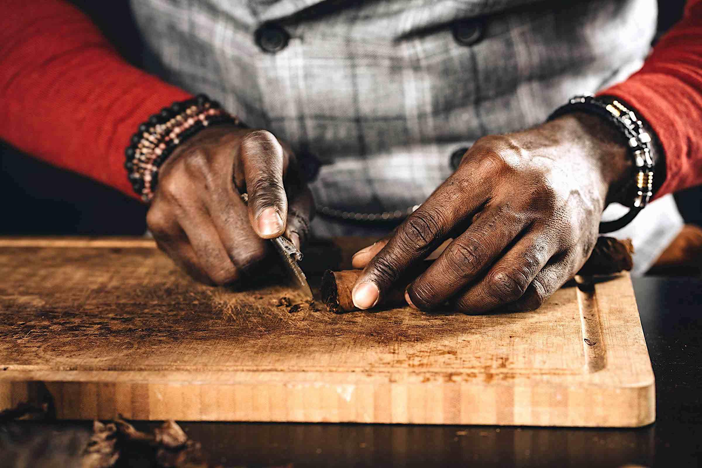 Zigarrendreher | Hamburg | Zigarrenroller | Zigarrenrollerin | Anfragen | Mieten | Buchen | Trocadero | Handgemacht | Zigarren | Robusto | Corona | Torpedo | Churchill | Banderole | Bauchbinde | drehen | Tabak | Firmenvents | Hochzeit