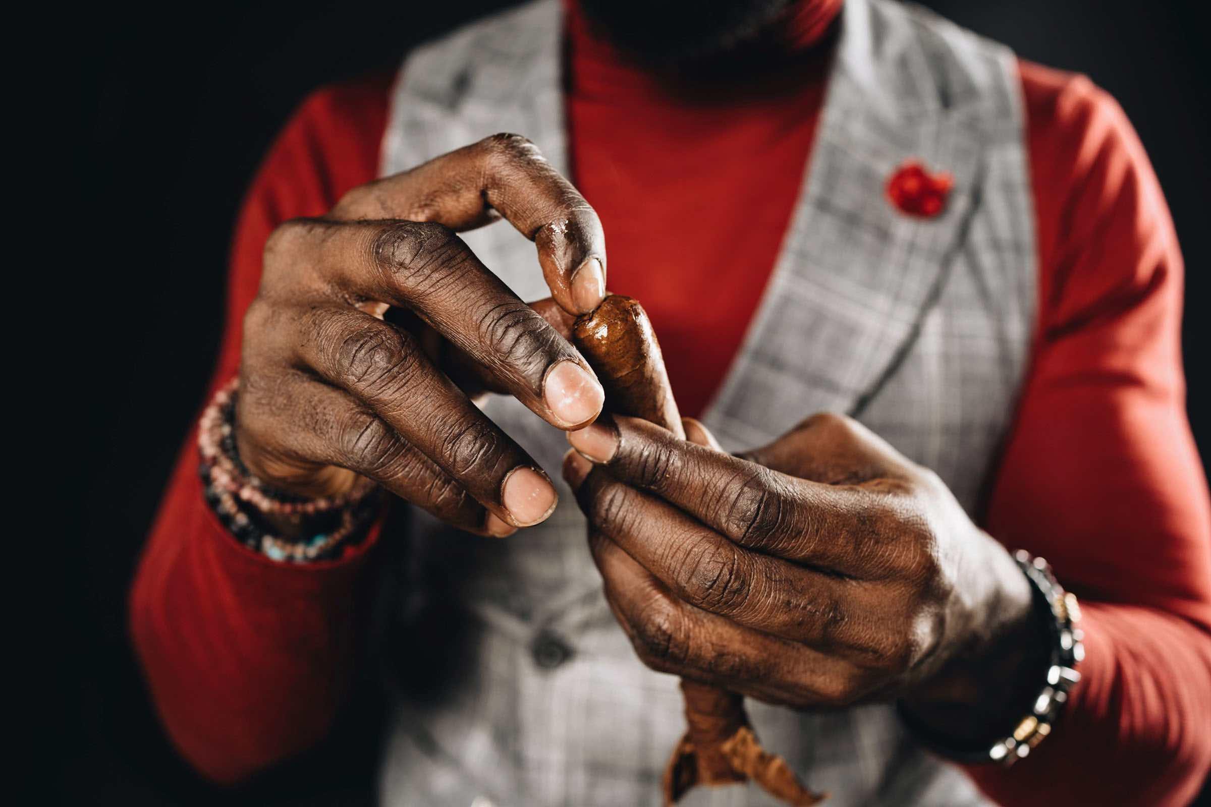 Zigarrendreher | Hamburg | Zigarrenroller | Zigarrenrollerin | Trocadero | Kaufen | Buchen | Mieten | Handgemacht | Zigarren | Zigarrenkleber | Churchill | Robusto | Corona | Robusto | Banderole | Bauchbinde | drehen | Tabak | Cuba